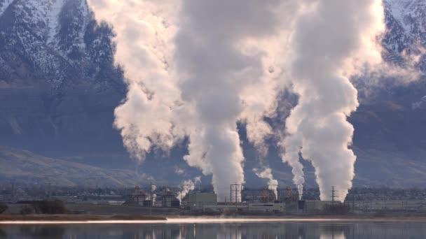 Blick auf Erdgaskraftwerk, das Rauch in die Luft pustet