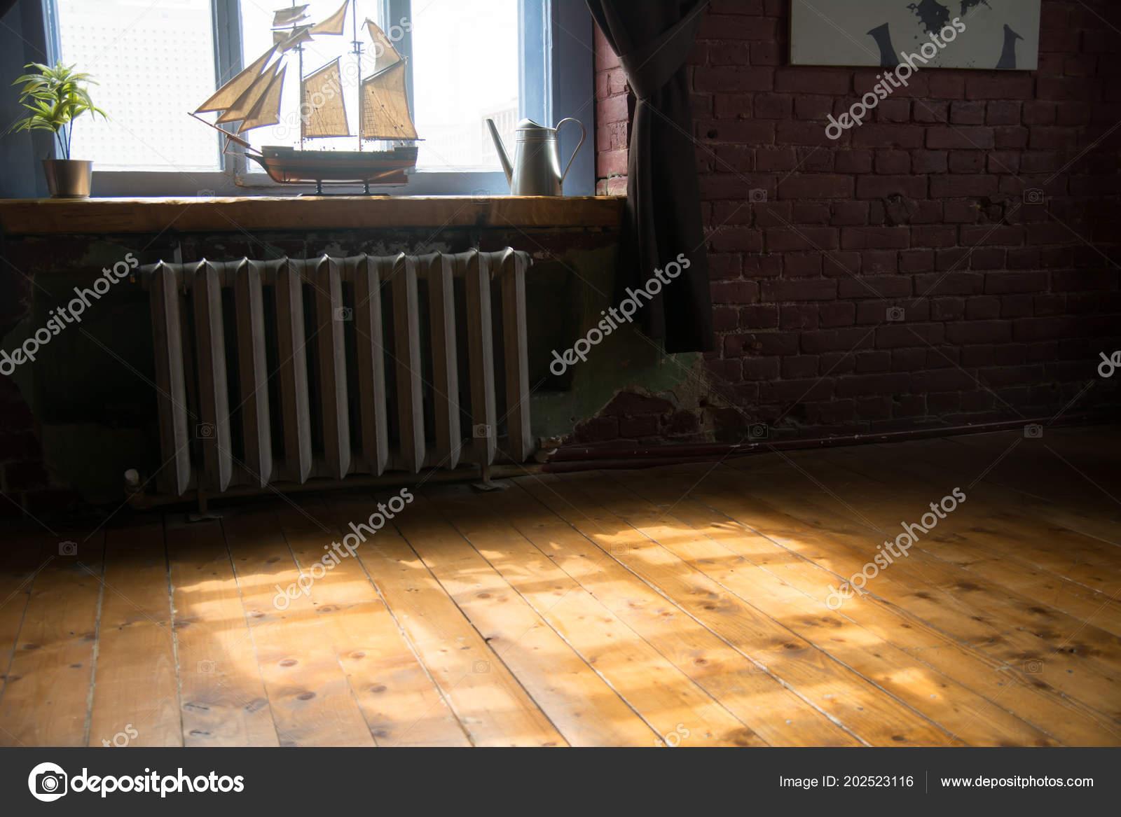 Interieur van kamer met een model van het schip vensterbank