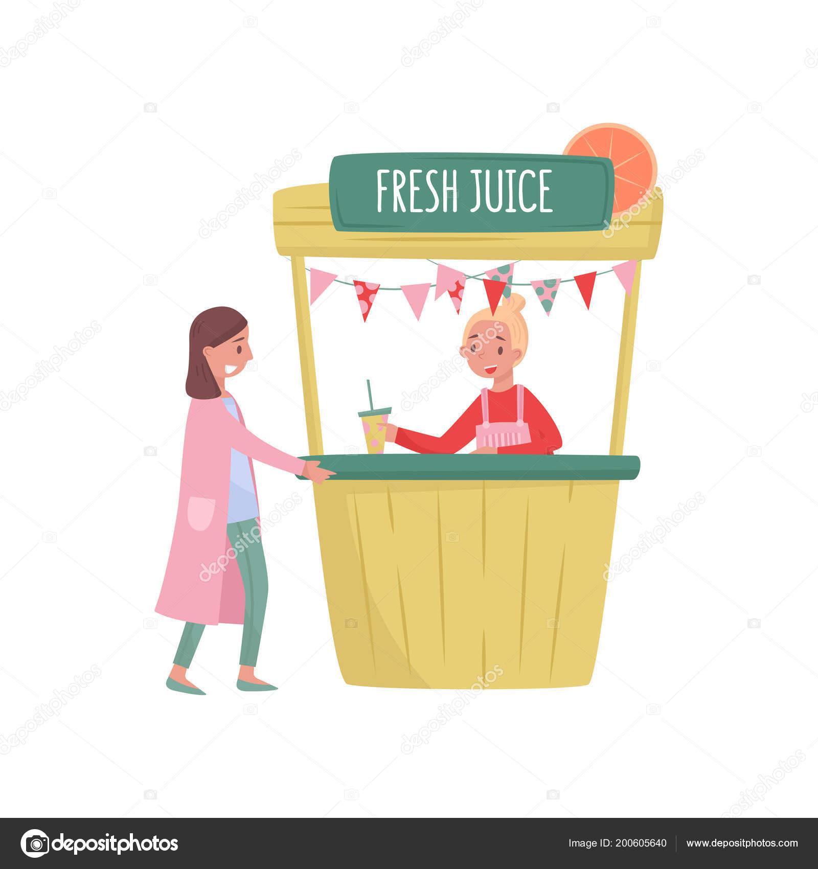 Donna sorridente comprare succo fresco in stalla stradale. fornitore