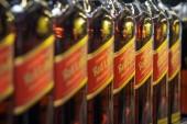 volzhsky, russland - 26. apr 2019: produkte des supermarktes verkauf von alkoholischen johnnie walker ist eine marke von scotch whisky im besitz verkauf von alkoholischen getränken in der metro speicher cash and carry