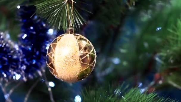 žlutý míč na vánočním stromečku