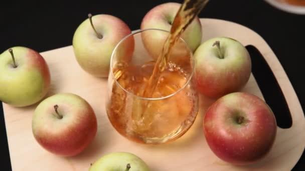 Almalevet önt egy átlátszó pohárba. egészséges étel és diéta koncepció