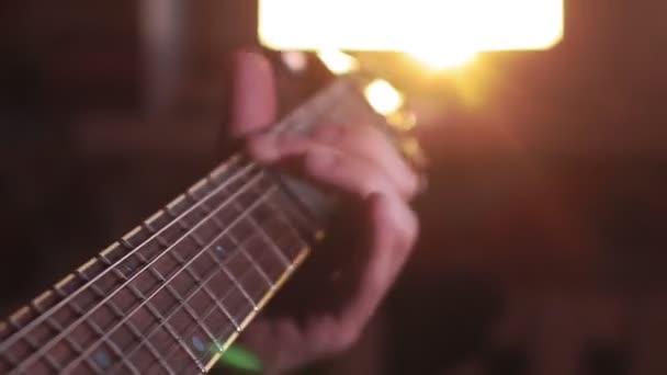 Az ember kezei elektromos gitároznak. Alacsony kulcs szelektív fókusz home Studio