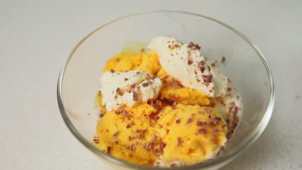 weißes Vanilleeis mit Schokoladenchips in Nahaufnahme, selektiver Fokus