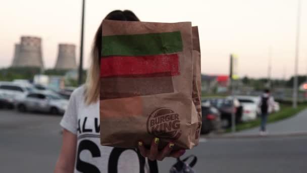 Tjumen, Russland - 09. Juni 2020: Essen in der Hand eines Mädchens aus dem Fast-Food-Restaurant Burger King