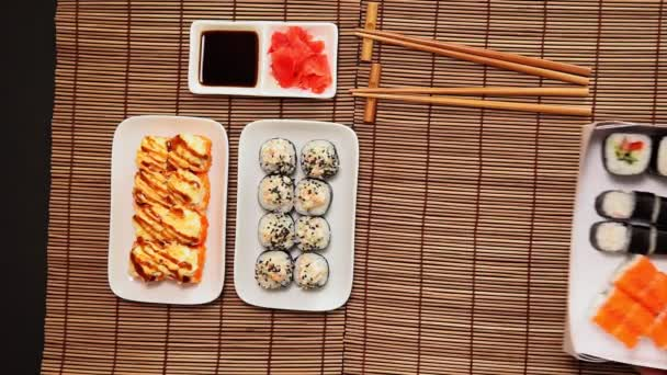 Japonská restaurace. Sushi s hůlkami, sójová omáčka, rustikální dřevo pozadí v odnést, set dodání box.