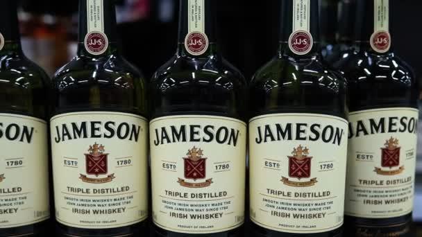Tyumen, Oroszország-augusztus 01, 2020: egy üveg Jameson Irish Whiskey. Jameson messze a legkelendőbb ír whisky.