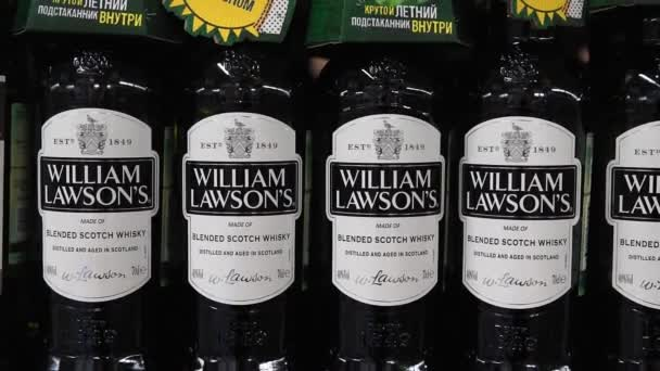 Tyumen, Oroszország-július 12, 2020: Termékek hipermarket értékesítés William Lawson italok a metró bolt készpénz és szállít