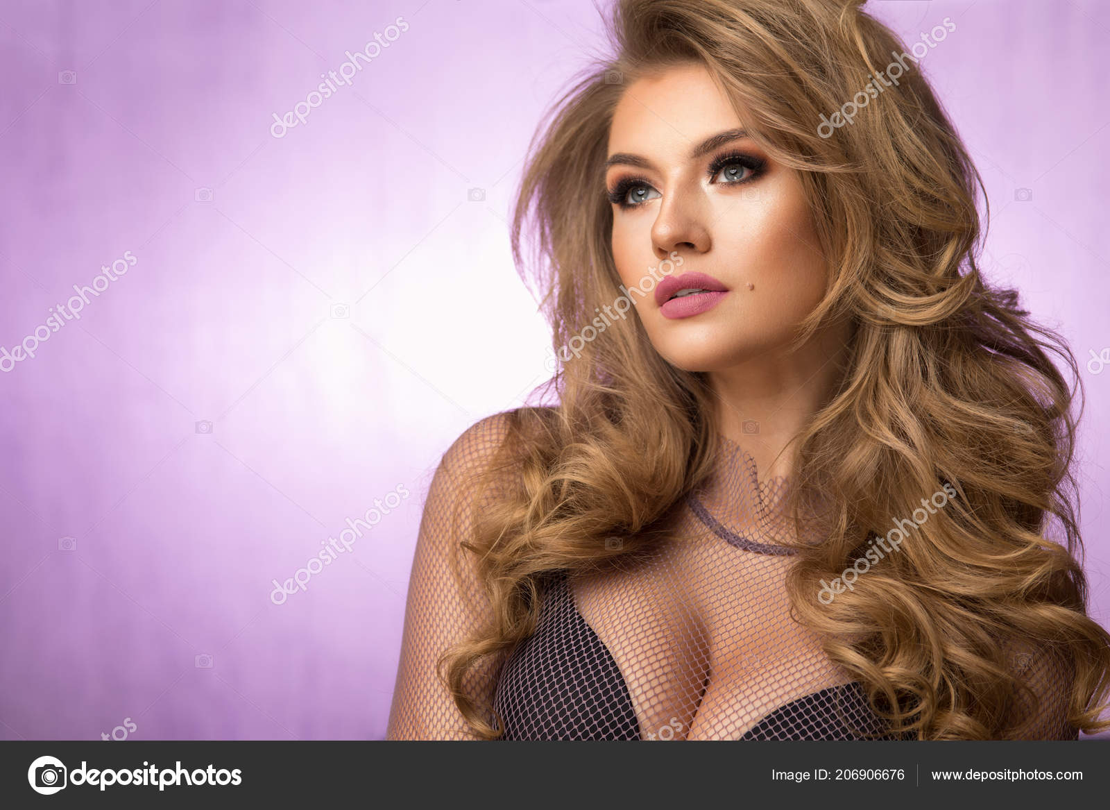 Chica Moda Rubia Con Pelo Rizado Largo Brillante Hermoso Modelo