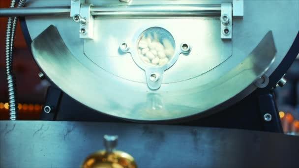 Professzionális kávéfőző és a nyers kávé bab. Fehér kávébab sült kávé babot, hogy a valódi kávé egy profi gép. Lassú mozgás.