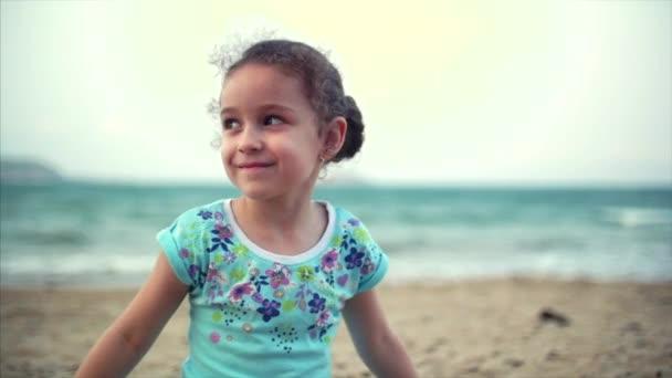 Holčička na pláži, šťastné děťátko hrát s pískem na pláži. Dítě, dítě, děti, emoce