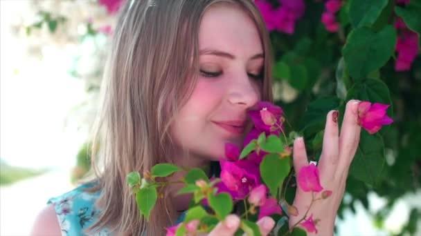 Hezká dívka portrét poblíž rozkvetla strom v parku. Koncepce mládeže a přírodních krás. Žena a jarní příroda, přírodní kosmetika