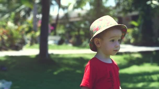 Šťastné dítě běží dopředu, mýdlové bubliny létat na něj. Zpomalený pohyb. Stopáže.