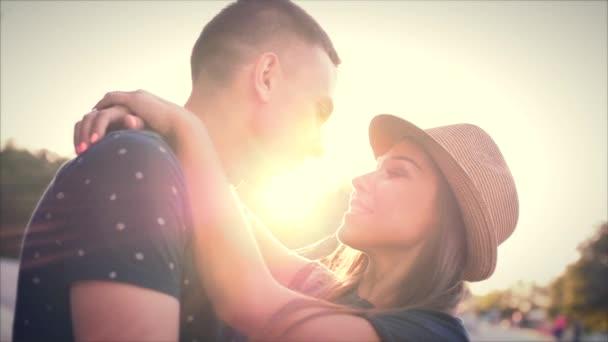 Schöne junge Paar in Liebe Kuss in der Sonne.