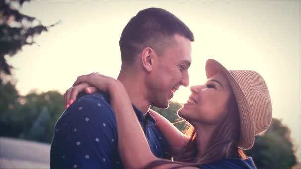 Gyönyörű fiatal pár szerelmes csók a nap.