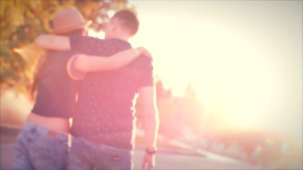 Frau umarmt Freund gefühl traurig in der Liebe andere in der Sonne. Stockfootage