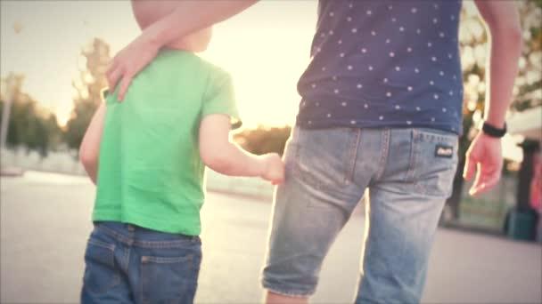Šťastná rodina, šťastný otec a syn chodit se synem drží za ruce. Stopáže