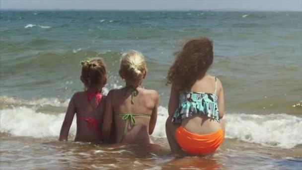 glückliche Kinder, die am Strand bei Sonnenuntergang spielen. Konzept der glücklichen, freundlichen Familie.