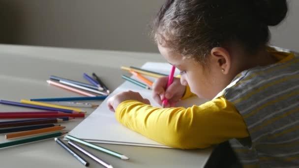 Kis aranyos kislány felhívja a házát színes ceruza. 4k.