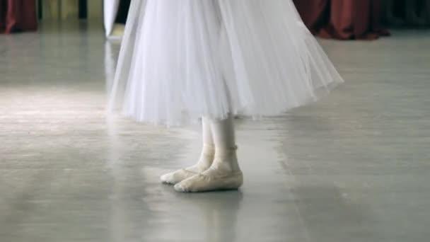 addaed54f Ballet.Close-up de um pernas de garotas em sapatilhas brancas durante o  treinamento de balé. Elemento da dança clássica. 4k– gráficos de vetor