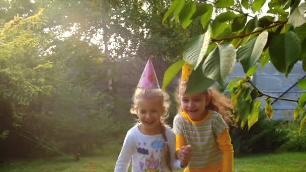Két boldog szép kis lány kezét, és játszott a friss levegő.