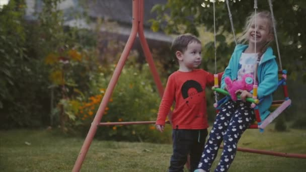 Dvě šťastné docela děti drželi se za ruce a hraje na čerstvém vzduchu.