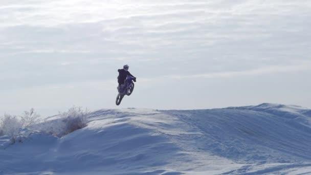 Motocykly, děti motorkáři jezdce na zasněžené motokrosová trať. Jezdec na sněhu. Motocross jezdec na kole, motocross zimní sezóně závod. Motocyklový závodník jezdí na motocross zasněžené trati v zimě