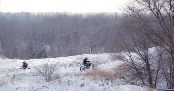 Motocykly, děti motorkáři jezdce na zasněžené motokrosová trať. Jezdec na sněhu. Motocross jezdec na kole, motocross zimní sezóně závod. Motocyklový závodník jezdí na motocross zasněžené trati v zimě.