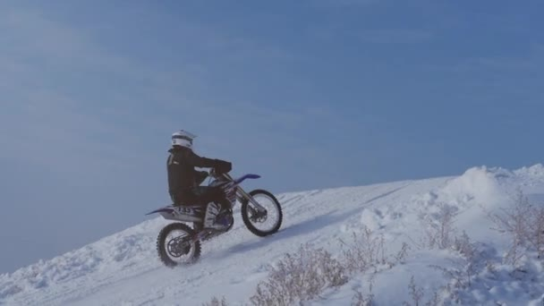Volgograd. Rusko, 2019.Children motorkáři jezdce na zasněžené motokrosová trať. Jezdec na sněhu. Motocross jezdec na kole, motocross zimní sezóně závod. Motocyklový závodník jezdí na motocross zasněžené trati v zimě
