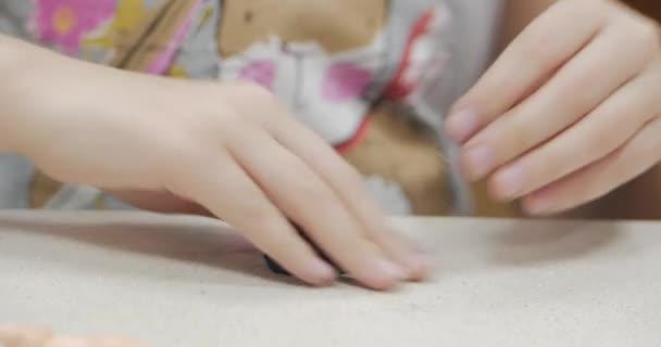 Roztomilé malé děti sedí u stolu modeluje různé postavy z vyrobené z barevných modelování Plastelíny v dětském pokoji. Vývoj umění modelování u dětí