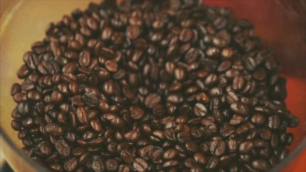 Prémiové kávové boby po pražení, Broušte mlýnek na kávu. Skladní záběr. Koncept začátek dne s kávou.