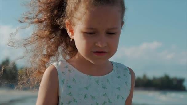 Portrét zblízka na běžícím dětem venku. Koncept: děti, dětství, léto, dítě, dítě.