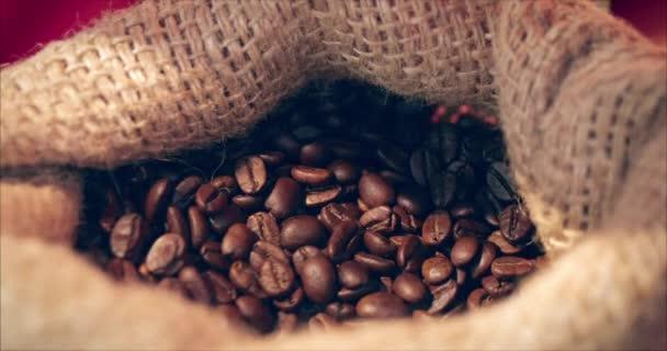 Fazole. Lůza ruce získává kávové fazole z pytlíku kávy. Kvalita pražených kávových bobů v létě.