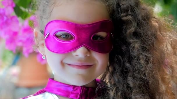 Gyönyörű Llittle Girl a szuperhős jelmez, közelről portré gyermek a maszk a hős.