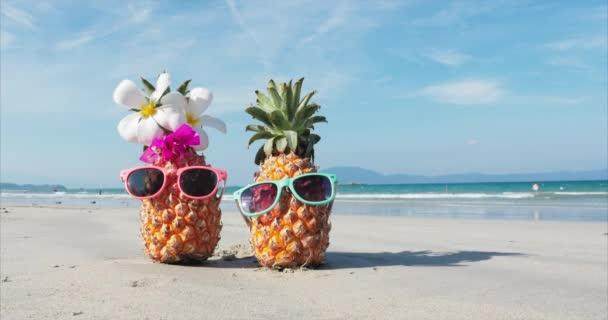 Egy trópusi tengerpart közelről a Hot Summer Sun mentén a trópusi egzotikus parti álló homok trópusi gyümölcsök. Koncepció nyári háttér.