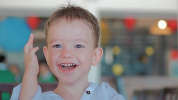 Happy Child Ride auf einer Schaukel. Glückliche Kindheit, Sommerurlaub. Happy Little Boy lächelnd reiten auf der Schaukel.