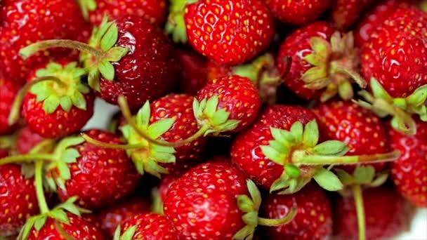 Čerstvé ovoce Appetifikující a krásné jahody jako potravinová minulost. Organická výživa zralých jahod.