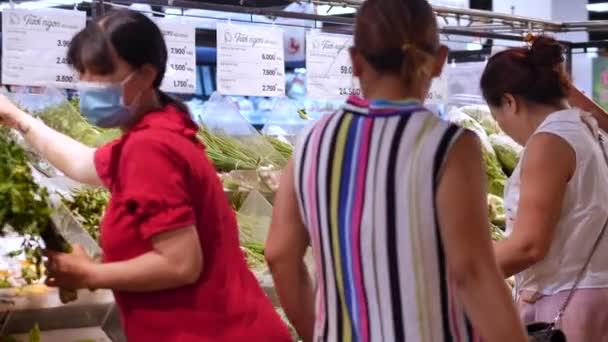 Im Laden kaufen die Leute frisches Gemüse, Basilikumzwiebeln, grüne Petersilie und Dill. Nha Trang, Vietnam, 14. Mai 2020.