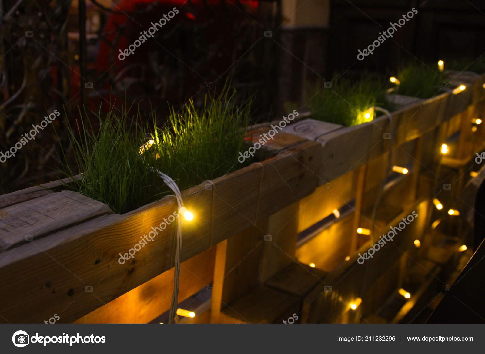 Recinzioni decorazione fatta pallet legno piantato erba exterier