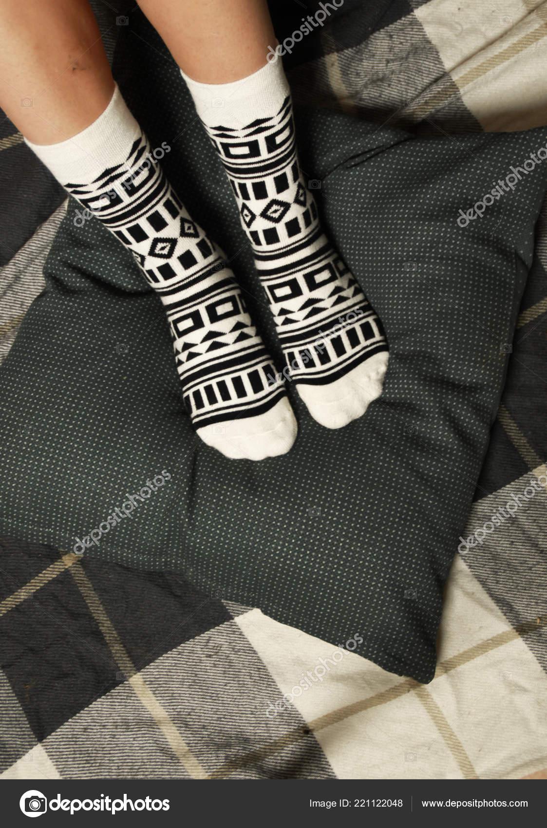Ножки женщин в носках — 12