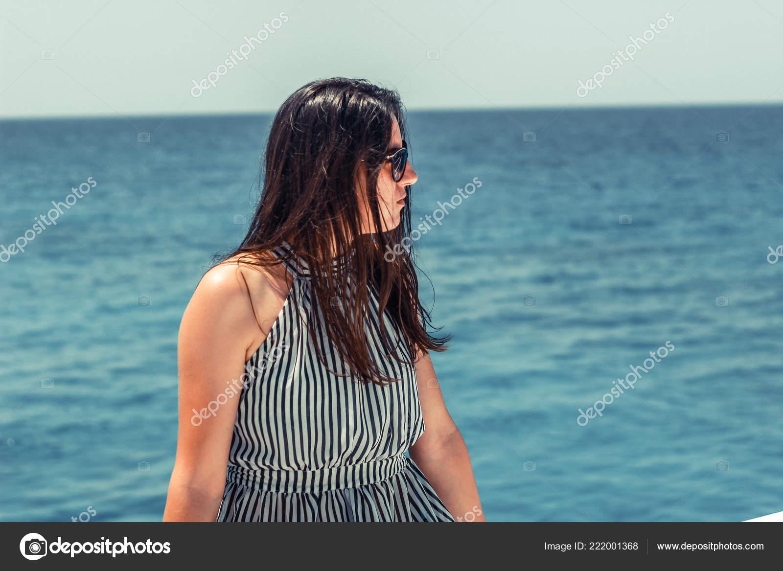 Черно белые фотографии девушек в мокрой одежде, блондинке сделали кунилингус
