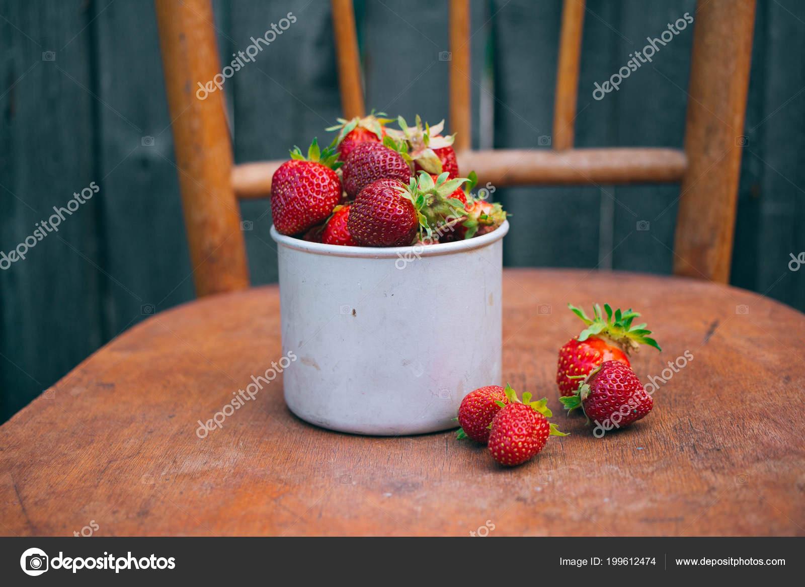 Beeren Erdbeeren Einer Metallpfanne Auf Einem Alten Stuhl Land