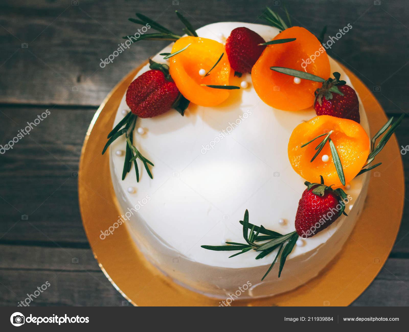 Torta Compleanno Con Crema Burro Decorata Con Fragole Pesche Rosmarino \u2014  Foto Stock
