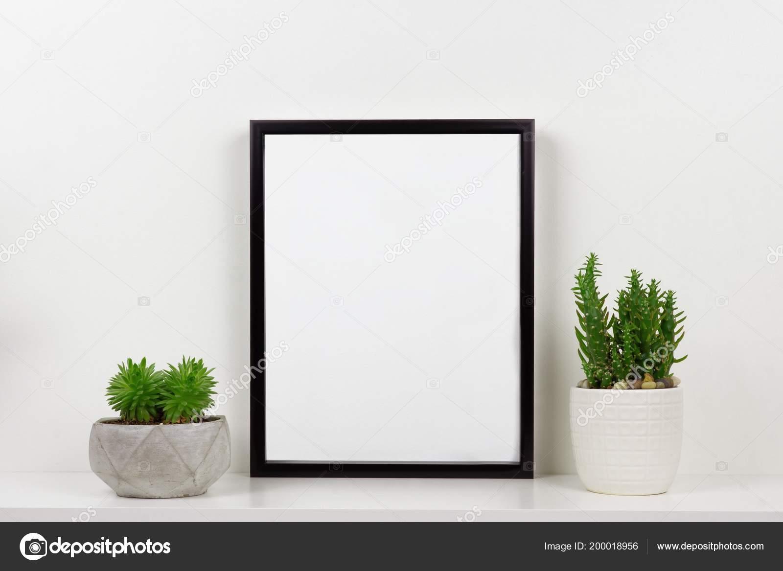 Mock telaio nero piante grasse vaso ripiano una scrivania mensola