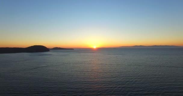 Luftbild von Kap Egerscheld und ein weißer Leuchtturm am Horizont.