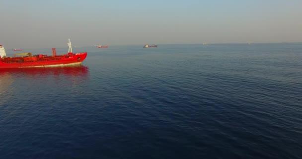Vladivostok, Primorsky Krai-21. dubna 2019: letecký pohled na mořskou krajinu s červenou lodí