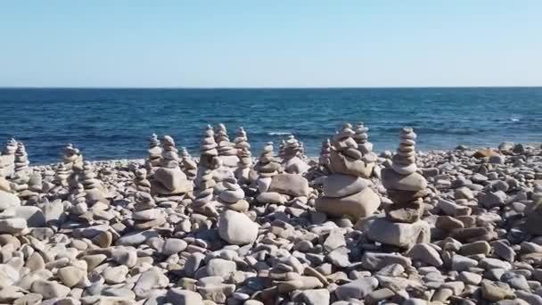 Mořskou krajinu s pyramidami kamenů na pozadí moře. Vladivostok, Rusko