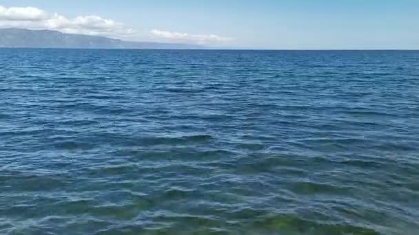 Přírodní krajina s výhledem na modré jezero. Bajkal, Rusko