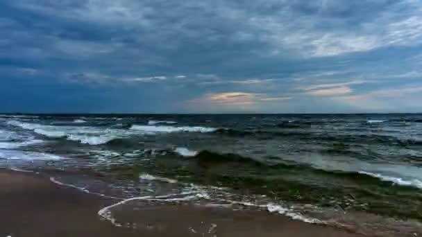 4k Zeitraffer. Wellen kommen an den Strand. Ostsee, Polen.
