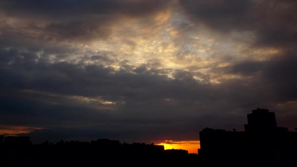 Időközű, napnyugtakor ragyogó felhők. 4k Uhd.